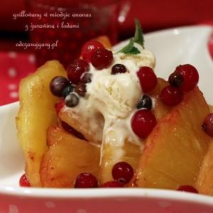 Grillowany w miodzie ananas z lodami i żurawiną