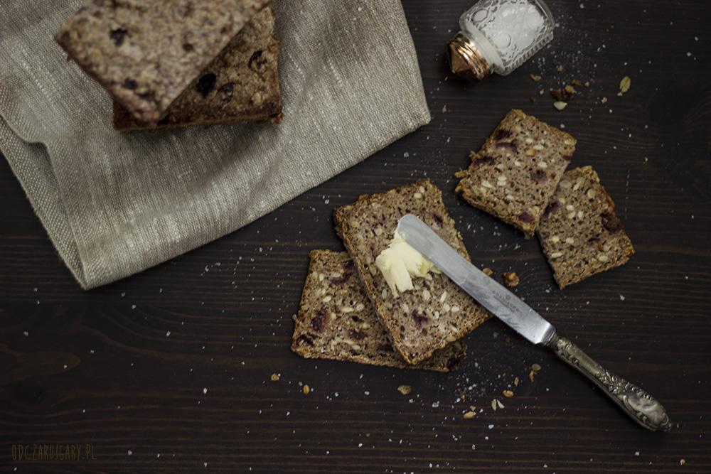domowy chleb na zakwasie z ziarnami