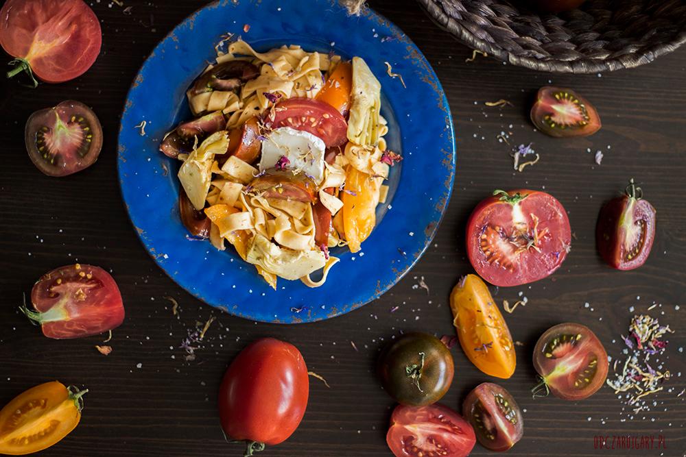 makaron-z-karczochami-i-pomidorami
