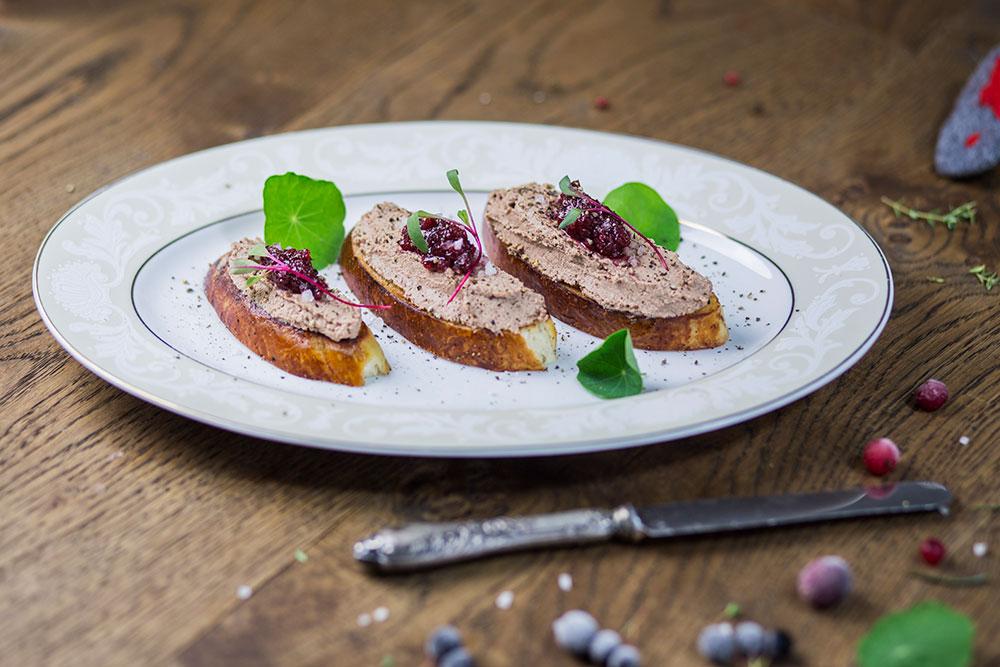 Parfait z kurzych wątróbek z oliwą truflową, konfiturą z borówki na słodkiej bułce a la brioche z wędzoną solą morską i rukwią wodną