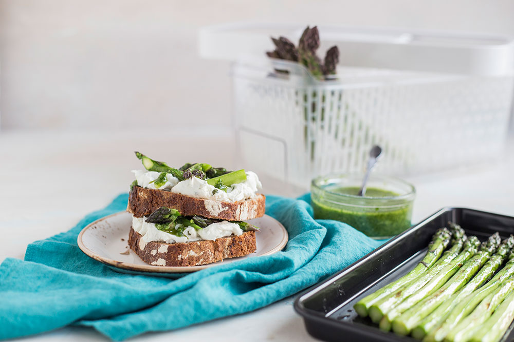 4. Wiejski chleb z kozim serem, pieczonymi szparagami i pesto pietruszkowym