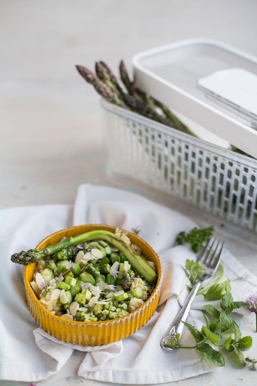 Kasza jaglana z salsą verde, szparagami i migdałami