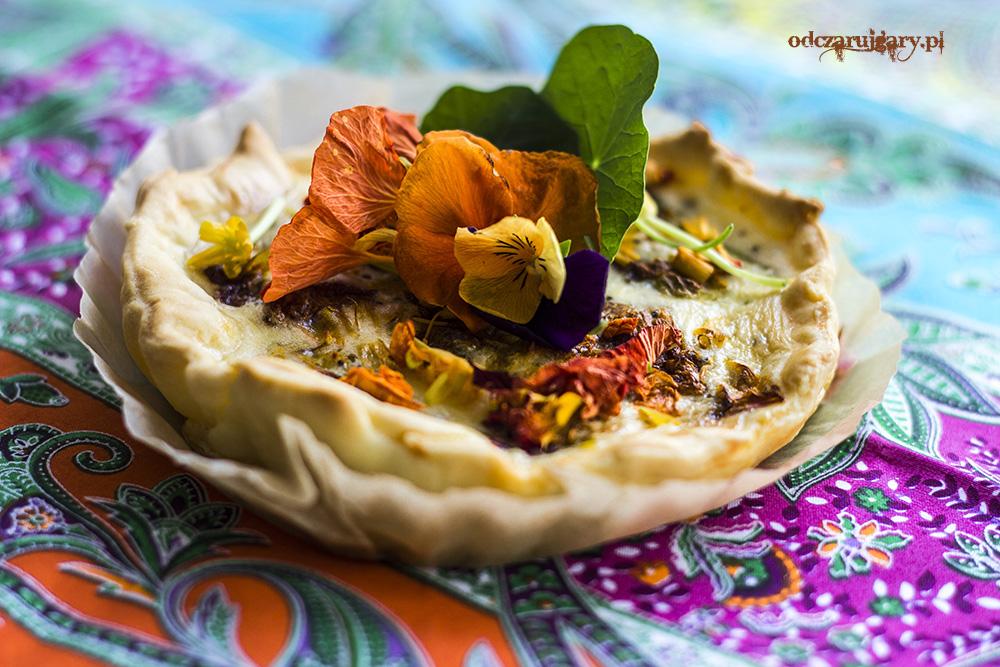 quiche z szafranem i kwiatami nasturcji