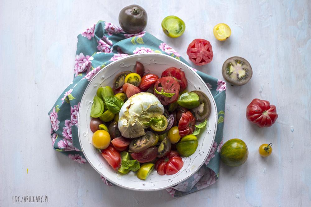 sałatka z kolorowych pomidorów i mozzarelli