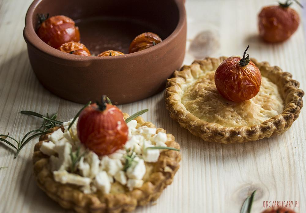 tartaletki z fetą i pomidorami