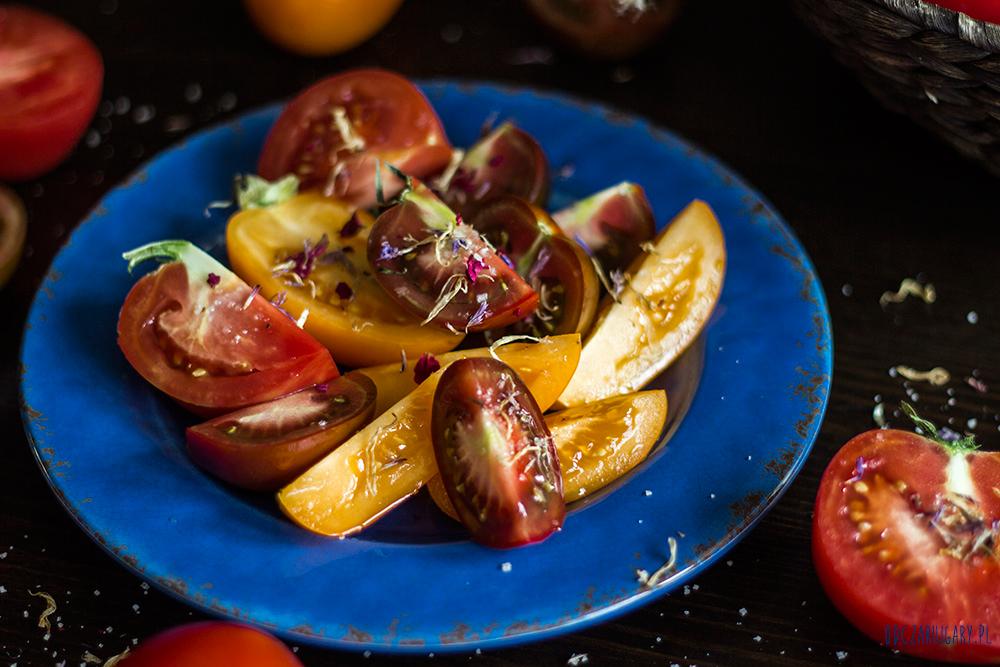 kolorowe-pomidory-z-solą-morską-i-kwiatami