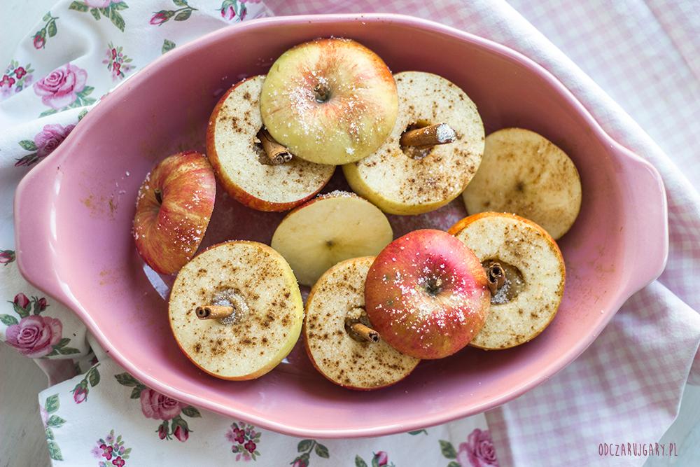Jabłka-pieczone-z-marcepanem