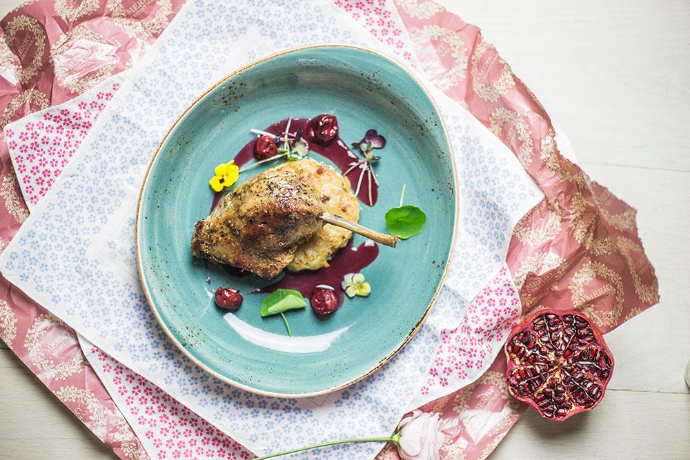 Udko kaczki confit z sosem wiśniowym