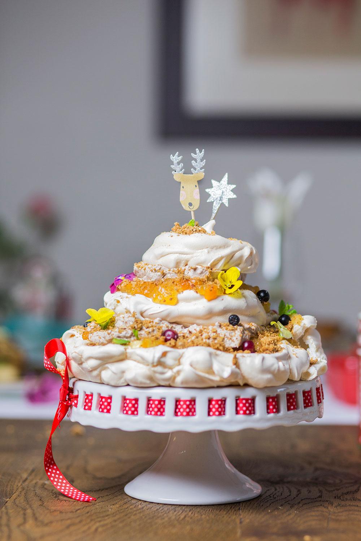 Świąteczny tort bezowy z kremem piernikowym i konfiturą z pomarańczy.